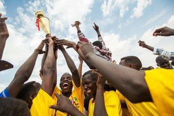 Jogadores de futebol celebram vitória em campo de refugiados Zam Zam, no Darfur Norte.