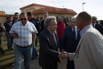 El Secretario General António Guterres saluda al personal de la UNSMIL durante una visita a Libia en abril de 2019.