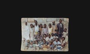 ओज़ा मोडू के परिवार की एक पुरानी तस्वीर. उन्हें नाइजीरिया के बागा से माइडुगिरी में विस्थापित होना पड़ा.