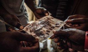 नाइजीरिया के बागा से माइडुगिरी विस्थापित होने वाले परिवार की एक तस्वीर.