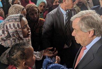 Katibu Mkuu wa Umoja wa Mataifa Antonio Guterres akikutana na wakimbizi na wahamaiaji katika kituo mjini Tripoli, Libya. 4 April 2019.