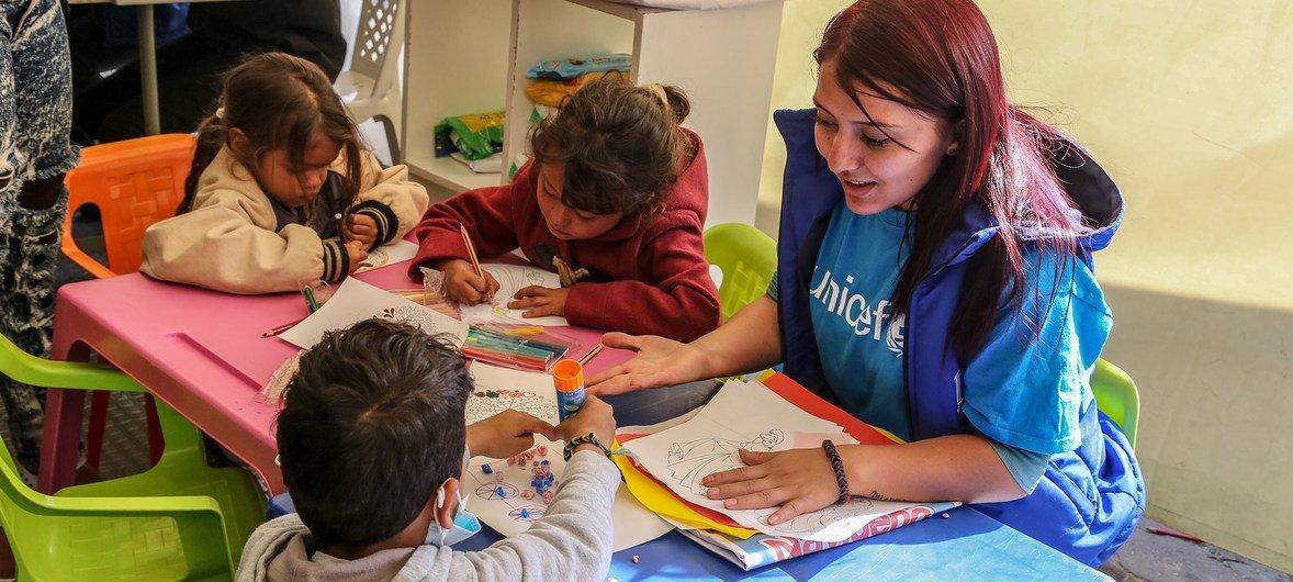 Una trabajadora de UNICEF juega con niños venezolanos en un centro de atención para menores migrantes y refugiados en Ipiales, Colombia
