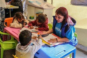 Сотрудница ЮНИСЕФ в центре для развития и поддержки детей в Колумбии