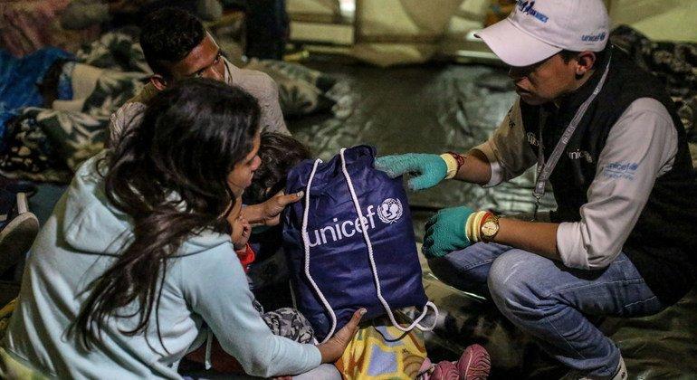 Un niño venezolano y su madre se refugian en un albergue temporal de UNICEF en Rumichaca, en la frontera entre Ecuador y Colombia.