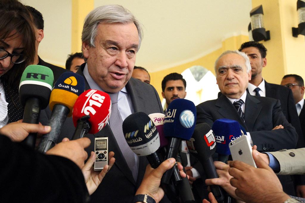 Katibu Mkuu wa Umoja wa Mataifa António Guterres akizungumza na vyombo vya habari mjini Benghazi.