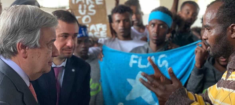 Le Secrétaire général des Nations Unies, António Guterres, visite un centre de détention pour réfugiés et migrants à Tripoli, Libye (avril 2019).