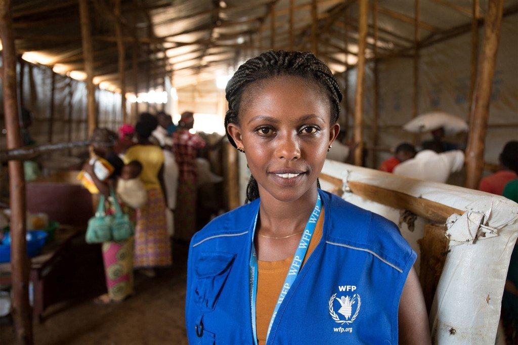 Manusura wa mauaji ya kimbari ya Rwanda Liberée Kayumba, mwenye umri wa miaka 24, na mfanyakazi wa WFP anayesaidia wakimbizi wanaokimbilia nchi yake.