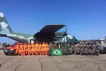 Bombeiros e militares que ficaram conhecidos como heróis no Brasil chegando na Beira.