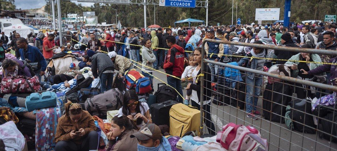 大批被迫逃离的委内瑞拉移民与难民在厄瓜多尔与哥伦比亚边境地区等待过境。