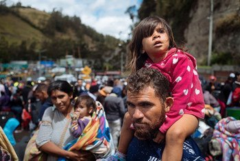 Dalila Leon, de três anos, com seu pai na fronteira entre Equador e Colômbia