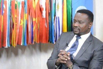 Dkt. Paul Zebadia Mbano, mkurugenzi wa programu za afya wa Kanisa la Kiinjili la Kilutheri Tanzania, KKKT,  akizungumza naIdhaa ya Kiswahili ya Umoja wa Mataifa.