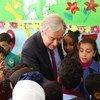 Le Secrétaire générafl des Nations Unies, António Guterres, rencontre des écoliers de l'UNRWA dans le camp de Baqa'a pour les réfugiés de Palestine en Jordanie, le 6 avril 2019.
