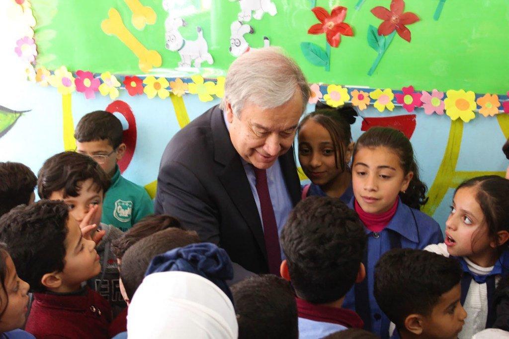 صورة الأنروا : أمين عام الأمم المتحدة يزور تلاميذ مدرسة تابعة للأونروا في مخيم البقعة للاجئي فلسطين في الأردن