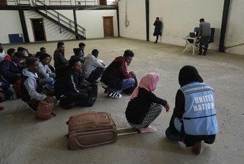 Refugiados y migrantes detenidos en un centro en Trípoli esperan ser realojados con apoyo de la Agencia de las Naciones Unidas para los Refugiados.