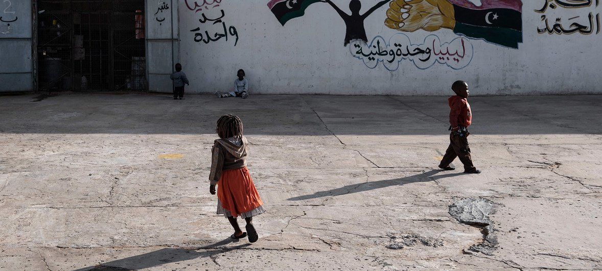 Niños migrantes en un centro de detención en Trípoli, Libia