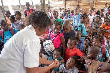 Watoto wakipatiwa chanjo dhidi ya kipindupindu katika wilaya ya Dondo nchini Msumbiji.