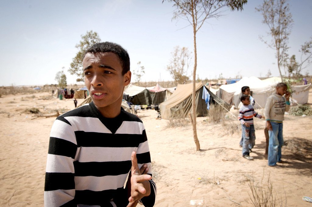 (من الأرشيف) أجبر خالد، وهو طالب من أجدابيا، على مغادرة منزله بسبب القصف والقتال . كان وعائلته يعيشون في خيام في الأراضي القاحلة على طريق طبرق - أجدابيا السريع.