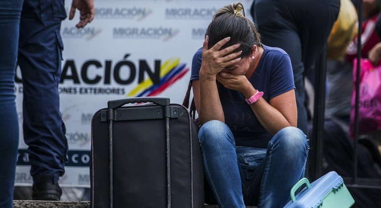 Mujer venezolana intentando entrar a Colombia