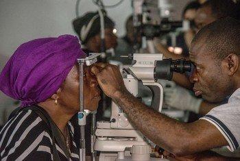 Manusura wa Ebola akifanyiwa uchunguzi wa macho kwenye kliniki huko Beni, Jimbo la Kivu Kaskazini nchini Jamhuri ya Kidemokrasia ya Congo, DRC
