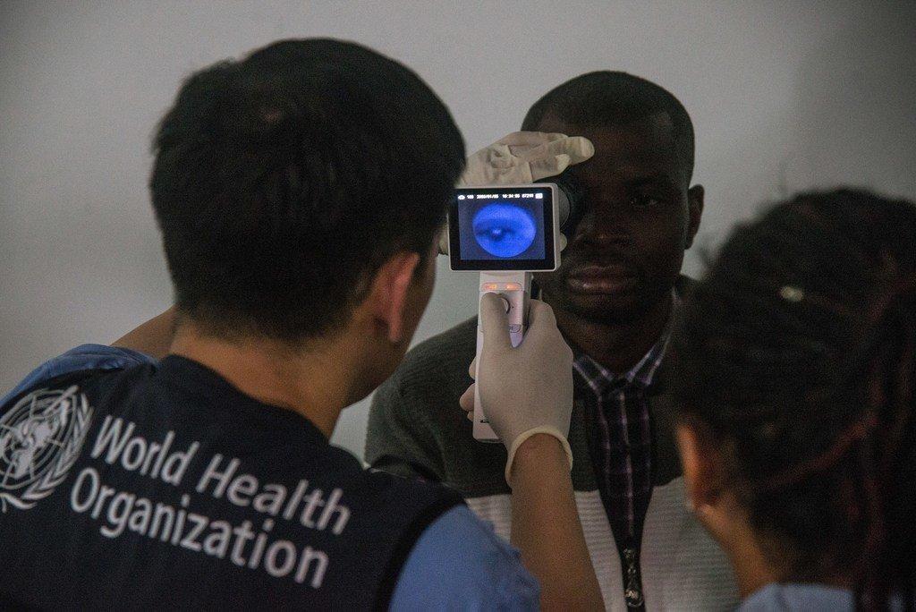 Christian, un survivant d'Ebola, en République démocratique du Congo, se fait examiner les yeux dans une clinique ophtalmologique de Beni (Nord-Kivu) mise en place par l'OMS en collaboration avec le ministère de la santé de la RDC.