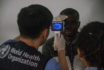 Christian, manusura wa Ebola nchini DRC akichunguzwa macho yake katika kliniki ya WHO kwa kushirikiana na wizara ya afya ya DRC katika mji wa Beni, Kivu Kaskazini.