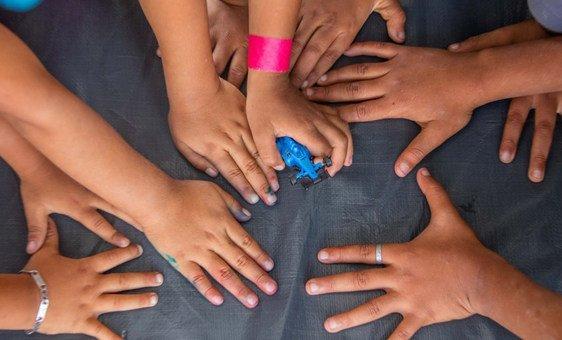 Crianças brincam em abrigo temporário na Cidade do México.