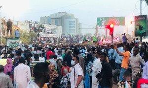 Manifestantes protestaram contra o presidente Omar al-Bashir, que governou o Sudão desde 1989