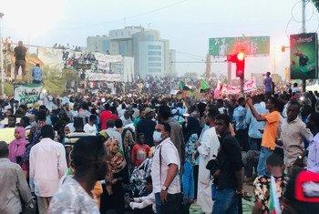 抗议者在苏丹首都喀土穆的苏丹武装部队总部外示威。