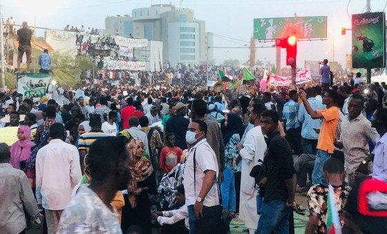 抗議者在蘇丹首都喀土穆的蘇丹武裝部隊總部外示威。