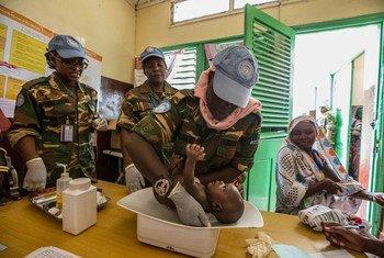 赞比亚女性维和人员为中非共和国比劳(Birao)的当地居民提供医疗服务。