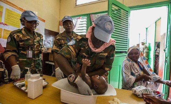 贊比亞女性維和人員為中非共和國比勞(Birao)的當地居民提供醫療服務。
