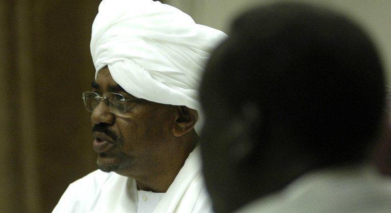 El depuesto presidente de Sudán Omar al-Bashir en una imagen de archivo de junio de 2008 durante una visita del Consejo de Seguridad a Jartum