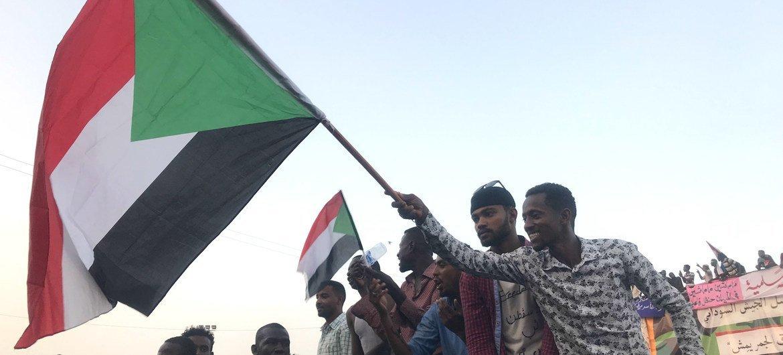 من الأرشيف: متظاهرون يخرجون إلى شوارع العاصمة السودانية الخرطوم - 11 نيسان/أبريل 2019