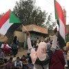 (من الأرشيف) متظاهرون في أحد شوارع العاصمة السودانية الخرطوم. (11 أبريل 2019)