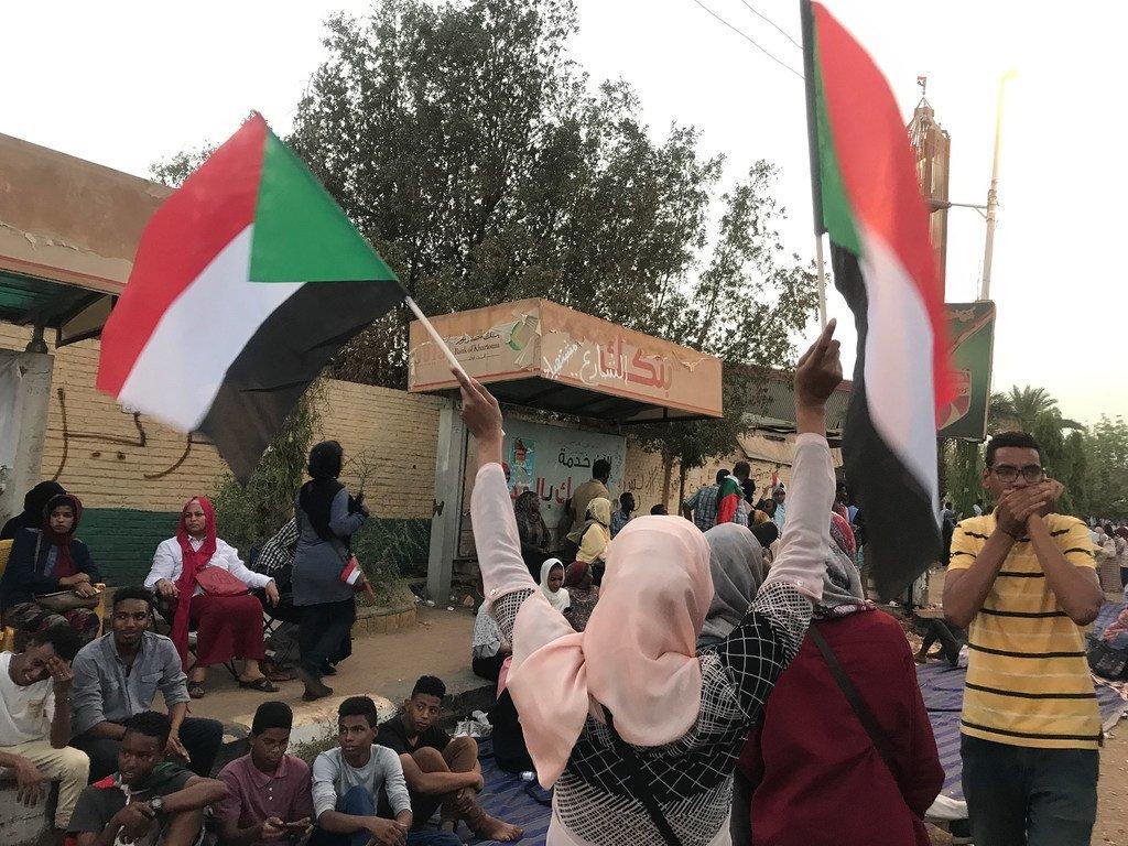 من الأرشيف:  متظاهرون في أحد شوارع العاصمة السودانية الخرطوم. (11 أبريل 2019)