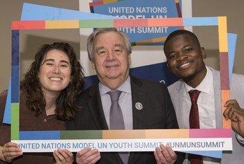 Katibu Mkuu wa Umoja wa Mataifa António Guterres (kati) akiwa  kwenye picha ya pamoja na vijana wanaoshiriki mkutano wa mfumo wa UN kwenye makao makuu ya UN New York Marekani (12 Aprili 2019)