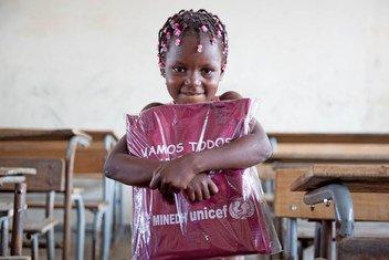 Mtoto wa umri wa miaka 6 akiwa ameshika kabrasha lake la elimu alilolipokea kutoka UNICEF ikiwa ni sehemu ya msaada wa watoto na familia zilizoathiriwa na kimbunga Idai nchini Msumbiji.