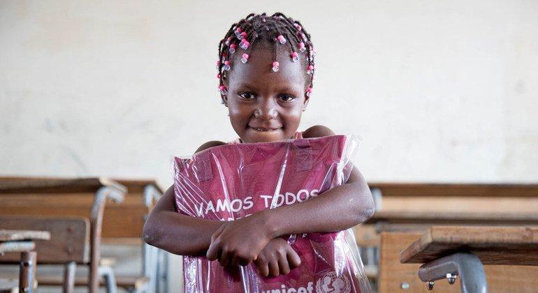 Una niña de seis años recibe un paquete con material educativo de UNICEF en Beira, Mozambique, donde miles de personas se han visto afectadas por el ciclón Idai.