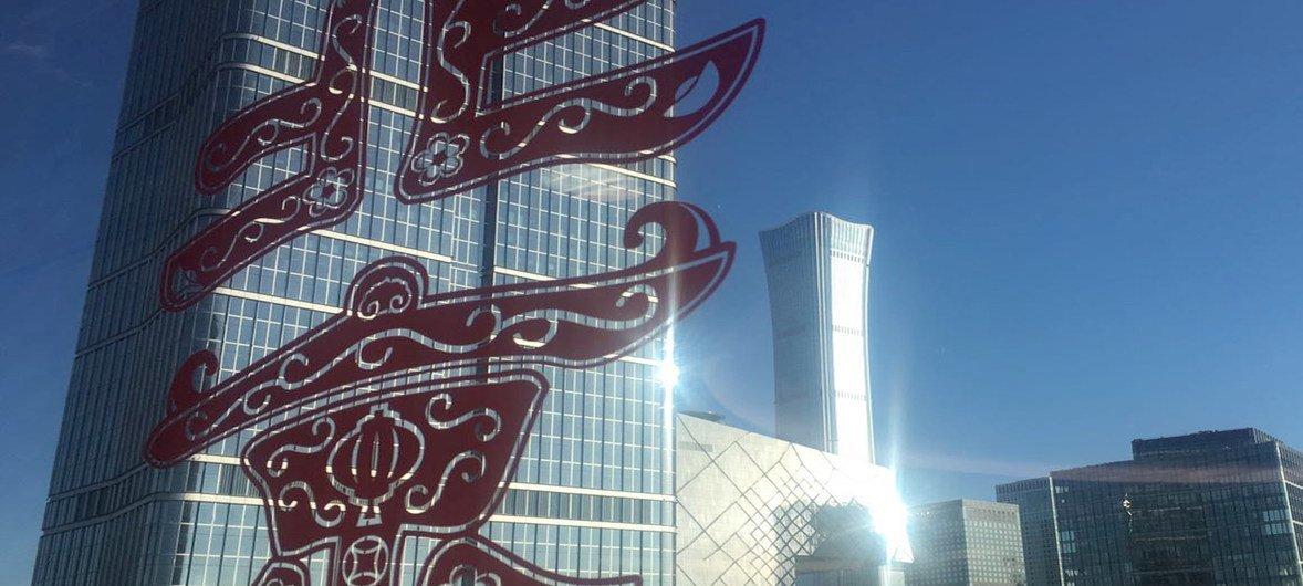 """联合国环境署表示,通过20年的不懈治理,北京在经济迅速发展的同时,实现了空气质量的改善,其成功经验为全球其他城市""""提供了可借鉴的模型""""。"""