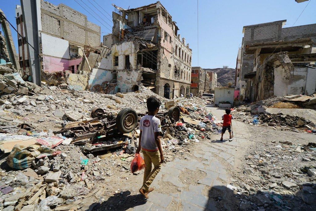 Des enfants marchent dans une partie endommagée du centre-ville d'Aden, au Yémen. (archive)