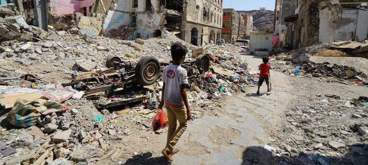 أطفال في إحدى المناطق المتضررة من الغارات الجوية في عام 2015 حيث تم طرد الحوثيين من مدينة عدن من قبل قوات التحالف.