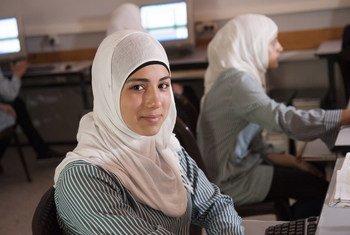 西岸阿尔米沙女子中学计算机编程班的学生。