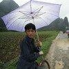 चीन में बारिश में स्कूल जाता एक छात्र.