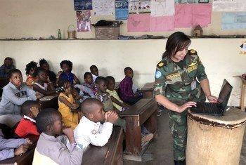 الرائدة شريهان أبو الخير من بعثة المونوسكو تعلم الأطفال في احد الصفوف الدراسية