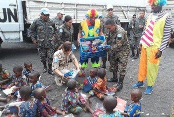 MONUSCO wakigawa nguo na zawadi kwa watoto nchini Jamhuri ya Kidemokrasia ya Kongo, DRC.