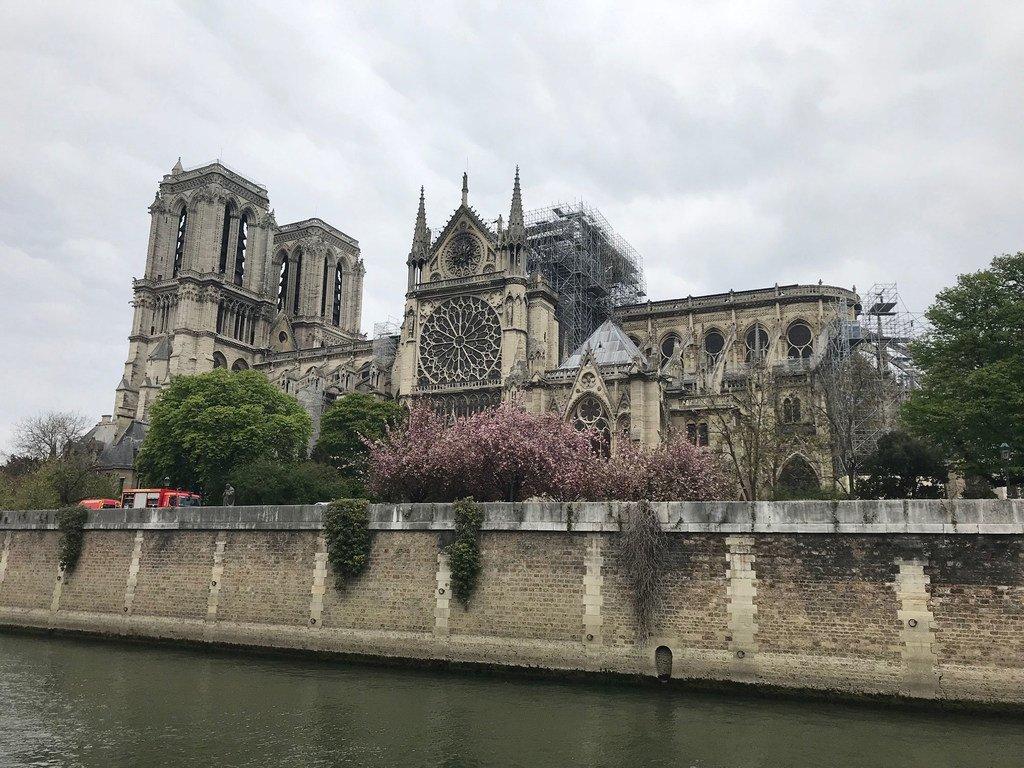 La cathédrale Notre-Dame à Paris après l'incendie qui l'a ravagée.