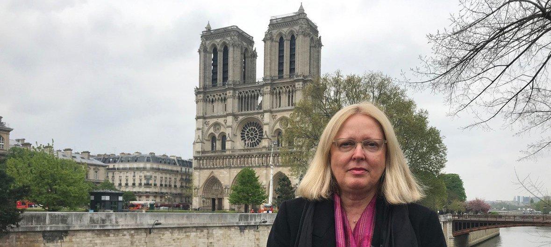 Metchild Rössler, Directrice du Centre du patrimoine mondial de l'UNESCO, devant la cathédrale Notre-Dame à Paris.