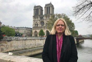 Mechtild Rössler, directora de Patrimonio Mundial de la UNESCO frente a la catedral de Notre Dame (16 de abril de 2019)