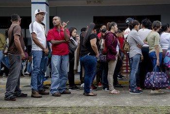 Solicitantes de refúgio da Nicarágua aguardam para apresentar seus pedidos no escritório de imigração na capital da Costa Rica, San Jose (agosto de 2018).
