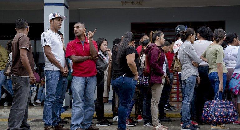 Nicaragüenses hacen cola para poder rellenar sus aplicaciones de asio en las oficinas de inmigración de San José, la capital de Costa Rica (Agosto 2018)